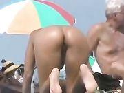 Sexy naakt kont van de vrouw gefilmd op het strand