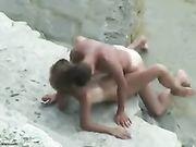 Een amateur paar gefilmd waardoor seks op het strand