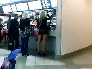 Meisje met minirok gefilmd in openbare plaats