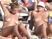 Naakt meisjes op het strand