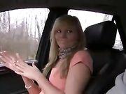 Meisje betaalt met seks voor auto rijden
