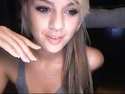 Een schattig blond meisje verschijnt naakt op webcam