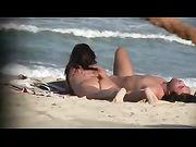 Naakt vrouwtjes worden gefilmd op het strand