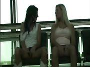 Twee meisjes raken in openbare plaats