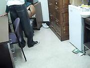 Vrouw zuigt zwarte pik op de werkplek