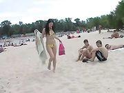 Naakte meisjes op een openbaar strand