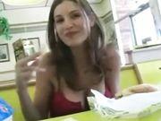 Een schattig meisje toont tieten en kut in een openbare restaurant