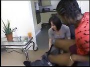 Een leuke vrouw maakt de geslacht met een zwarte man