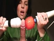 Vrouw met pik spelen en maakt het te ejaculeren meerdere keren