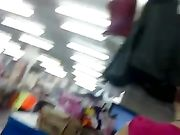 Een sexy meisje in zeer strakke broek is gefilmd op een verborgen camera