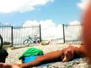 Nudists bij het strand gefilmd met verborgen camera
