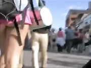Candid camera een meisje met zeer korte broek toont kont