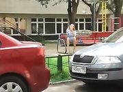 Voyeur een meisje wordt gefilmd zonder slipje