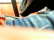 Een man masturbeert in de auto terwijl een vrouw hem ziet