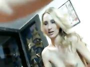 Sexy meisje met blonde haren maakt anale seks