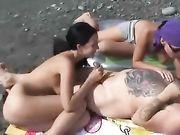 Seks op het strand met twee vrouwen en een man