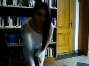 Een meisje is naakt in een openbare bibliotheek