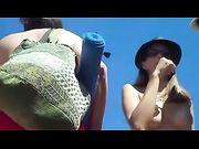 Nudist vrouwen op het strand
