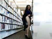 Het meisje is gevangen naakt in de openbare bibliotheek