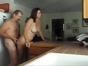 Sex in de keuken met zijn jonge vrouw