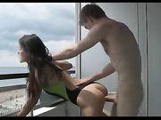 Een paar maakt seks op het balkon