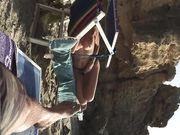 Een volwkonten vrouw topless met grote tieten op het strand