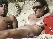 Een naakte vrouw op het strand op verborgen camera