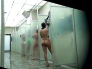 Naaktvrouwen in de douches worden gefilmd op een verborgen camera