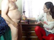 Een jong meisje helpt een oude man om te masturberen