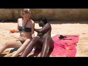 Geslacht in drie op het strand met een wit meisje en zwart meisje