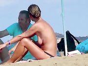 Naakte vrouw met losse tieten op het strand