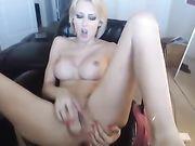 Blonde doet anale penetratie voor de camera