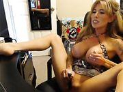 Een mooie volwkonten vrouw is masturberen in live show