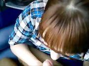 Amateur pijpbeurt en sperma in de mond in een openbare trein