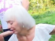 Een oma slikt veel lullen en slikt sperma in