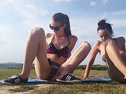 Twee meisjes masturberen buiten